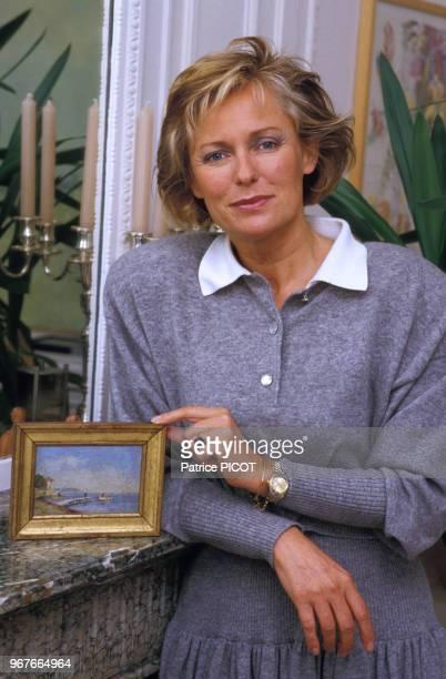 La journaliste française Jacqueline Alexandre chez elle le 13 novembre 1986, Paris, France.