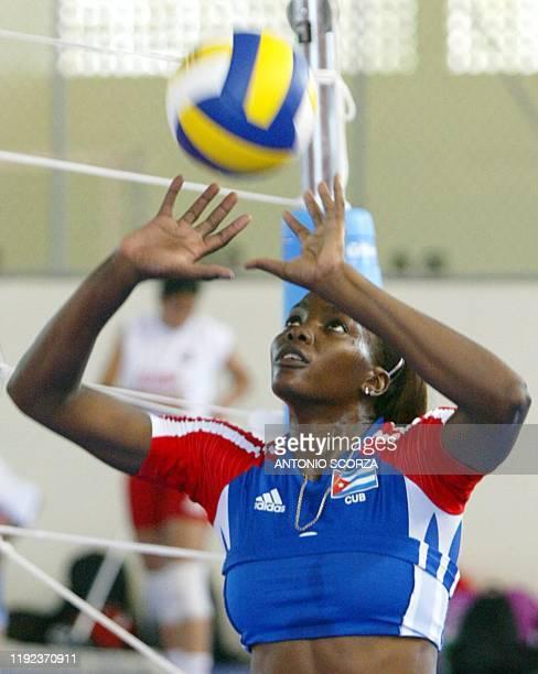 La jugadora cubana Ortiz participa de un entrenamiento en el complejo deportivo Juan Pablo Duarte en Santo Domingo el 01 de agosto de 2003 Cuarenta y...