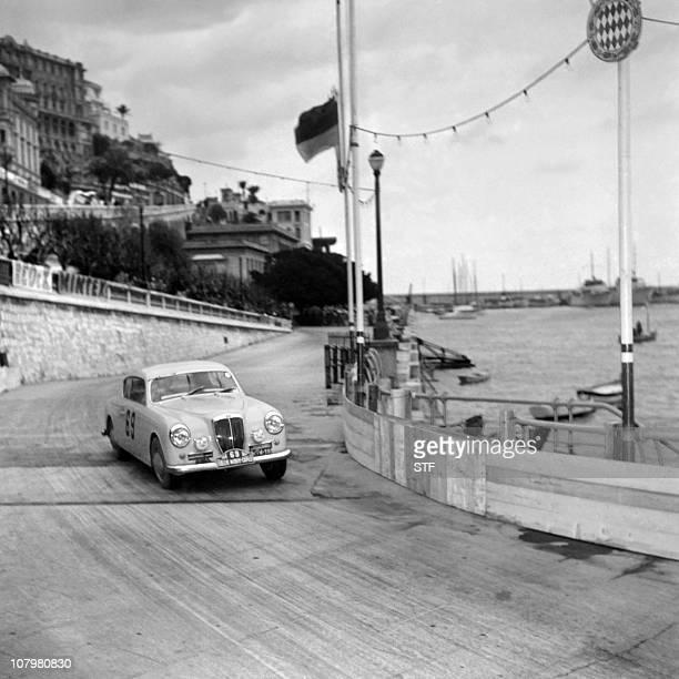 La Lancia Aurelia GT n°69 de Louis Chiron et Ciro Basadonna négocie un virage pendant le 23ème Rallye de Monte Carlo, le 24 janvier 1954.Lancia...