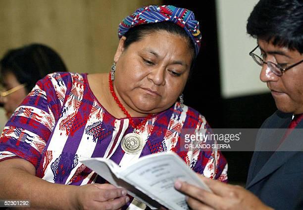 La lider indigena y Premio Nobel de la Paz 1992 Rigoberta Menchu examina la ley el 08 de marzo de 2005 en Ciudad de Guatemala junto a su abogado...