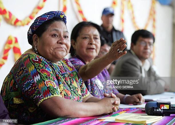 La lider indigena y Premio Nobel de la Paz 1992 Rigoberta Menchu se apresta a responder preguntas de la prensa al oficializar la formacion del...