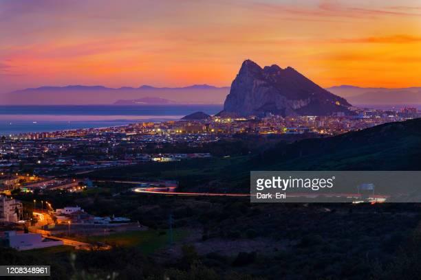 ラ・リネアとジブラルタル - ミラドール・エル・イゲロンからの眺め - ジブラルタルの岩山 ストックフォトと画像