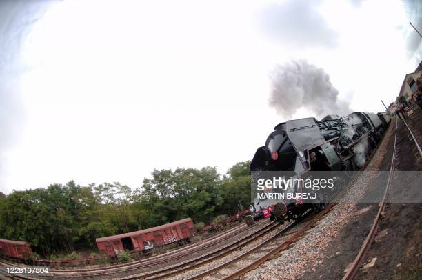 """La locomotive à vapeur 241 P17, dite """"la P"""", stationne en gare du Creusot, le 27 août 2006, avant de prendre le départ pour son premier voyage depuis..."""