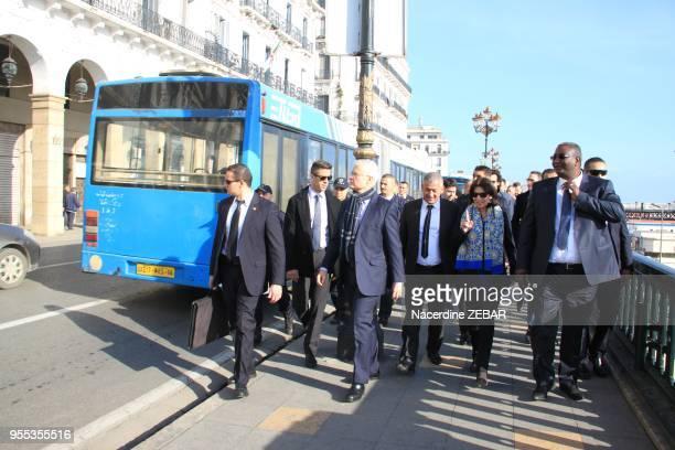 La maire de Paris Anne Hidalgo l'ambassadeur de France à Alger Bernard Emié et le maire d'Alger Hakim Bettache dans le quartier de Bab el Oued le 8...