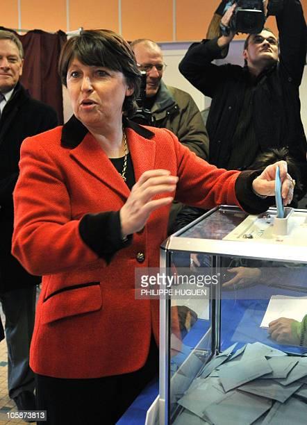 La maire socialiste de Lille Martine Aubry s'apprête à voter le 16 mars 2008 à Lille lors du deuxième tour des élections municipales M Aubry qui a...