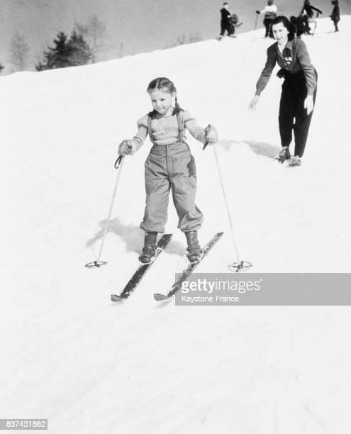 La maman vient de lâcher pour la première fois sa petite fille sur la piste de ski