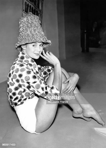 La mannequin Christina Gregg portant le modèle 'Marilese' de Geoffrey Maxwell de la Collection Eté 1959 au salon international de la mode à Londres...
