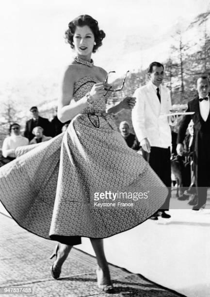 La mannequin FIONA CAMPBELLWALTER porte une jupe de style paysan avec un bustier création Susan Petit SaintMoritz le 16 février 1953