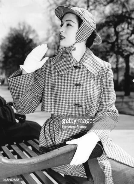 La mannequin June Clarke présente le modèle 'Danimmac' de Milium un vêtement de pluie avec un chapeau assorti à l'hôtel Savoy à Londres RoyaumeUni le...