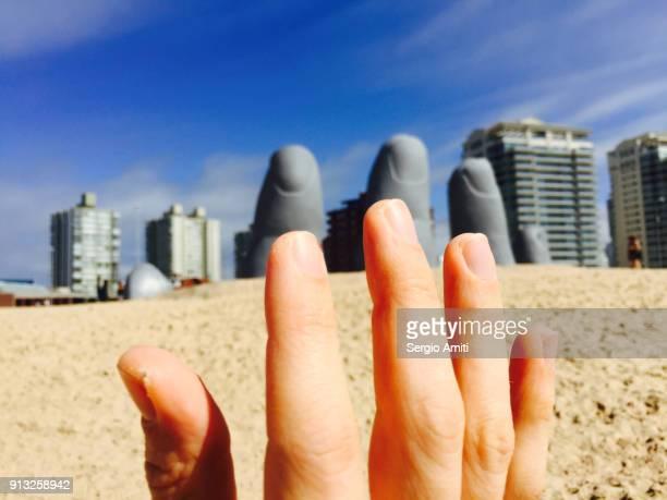 La Mano de Punta del Este and a real hand