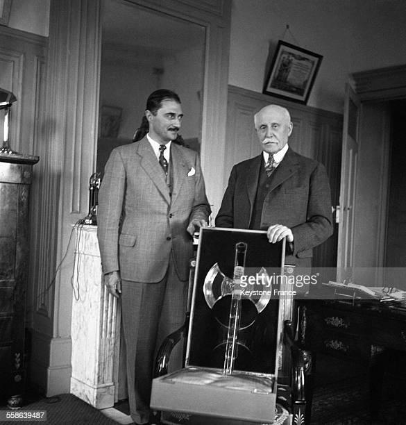 La Maréchal Pétain a reçu le Préfet de Meurthe et Moselle qui lui a remis une oeuvre d'art réalisée dans les ateliers de Baccarat à Vichy France...