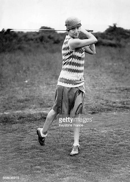 La Marquise de Cholmondeley lancant son premier tee lors du tournoi annuel de golf entre les femmes de parlementaires circa 1930 a Londres RoyaumeUni