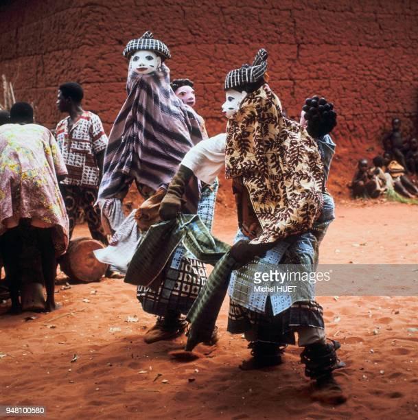 La mascarade Gelede utilise l'expression artistique verbale et visuelle pour neutraliser les forces négatives émanant de ce que les yoruba désignent...