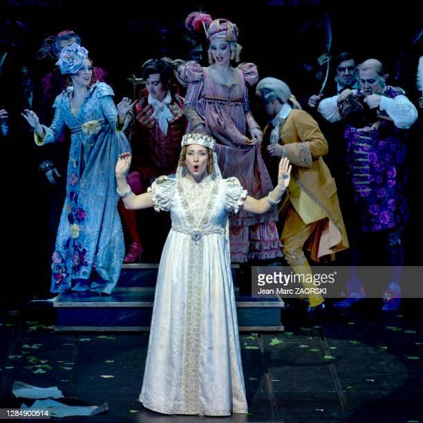 La mezzo-soprano canadienne Michèle Losier avec en arrière-plan le baryton-basse italien Simone Alberghini , le ténor français Cyrille Dubois , le...