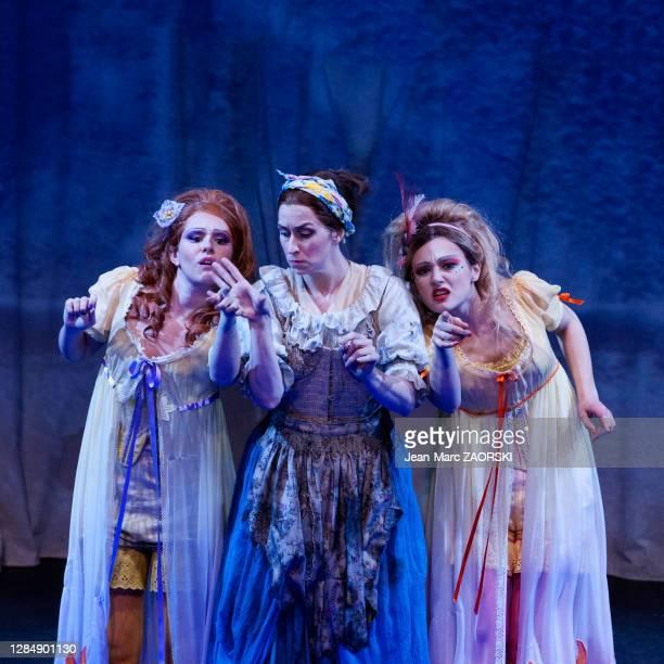 La mezzo-soprano écossaise Katherine Aitken , la mezzo-soprano canadienne Michèle Losier et la soprano suisse-italienne Clara Meloni dans « La...