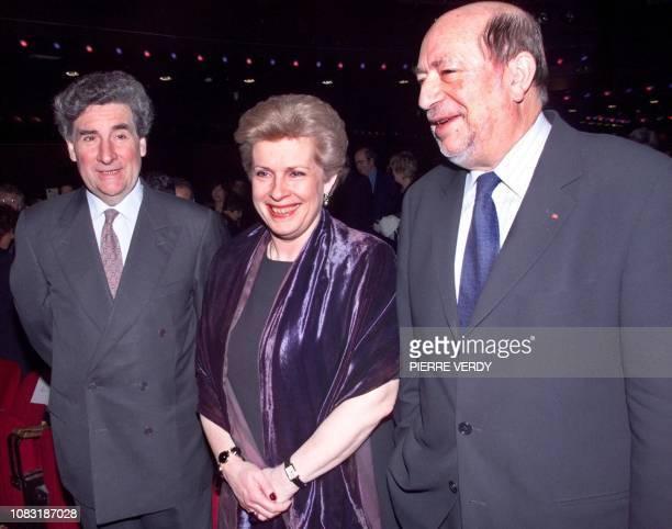 la ministre de la Culture Catherine Trautmann entourée du Président de France 2 Xavier GouyouBeauchamps et du président du CSA Hervé Bourges posent...