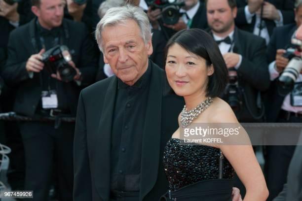La ministre de la culture Fleur Pellerin et le réalisateur Costa Gavras lors de la montée des marches pour la première du film 'La tête haute' durant...
