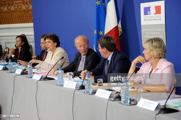 La ministre de la Santé Roselyne Bachelot rassemblait sept ministres ou secrétaires d'Etat du gouvernement place Beauvau dont Brice Hortefeux Luc...
