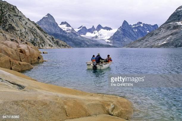 La morue polaire le fletan noir et les chabots sont les poissons qui abondent dans ces eaux glaciales Montagnes de Paornartivartik et de...