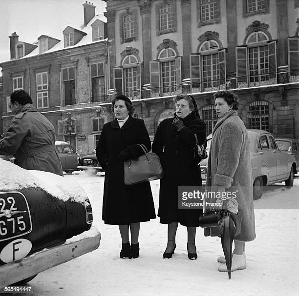 La mère et la soeur de Régine Fays assassinée par son amant Guy Desnoyers curé d'Uruffe quittant le Palais de Justice après l'audience du matin à...