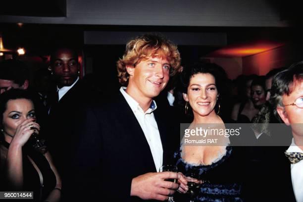 La navigatrice Florence Arthaud et le skipper suisse Laurent Bourgnon lors de la soirée 'The Best' le 7 décembre 1998 à Paris France