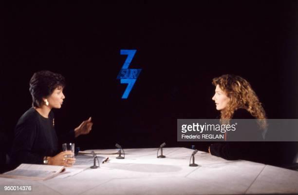 La navigatrice Florence Arthaud sur le plateau de l'émission de télévision '7 sur 7' avec Anne Sinclair le 9 décembre 1990 à Paris France
