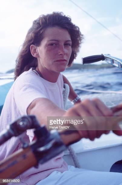 La navigatrice Florence Arthaud sur son voilier Biotherm en décembre 1983 à la Guadeloupe