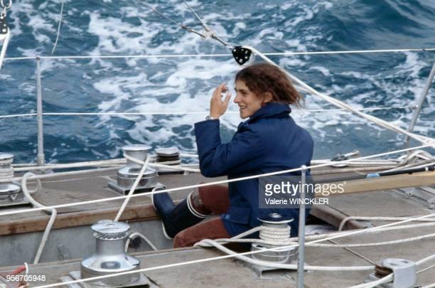 La navigatrice française Florence Arthaud en mer sur son bateau