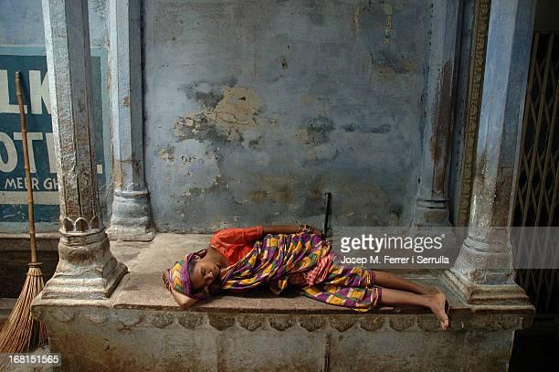 La Índia, quan la gent no té alguna ocupació immediata, s'ajeu en algun racó fresc i dorm. Els primers dies, a primer cop d'ull, ho vaig confondre...