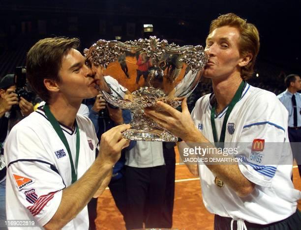 la paire de double australien Todd Woodbridge et Mark Woodforde embrassent le 05 décembre 1999 à Nice le trophée de la Coupe Davis de tennis remporté...