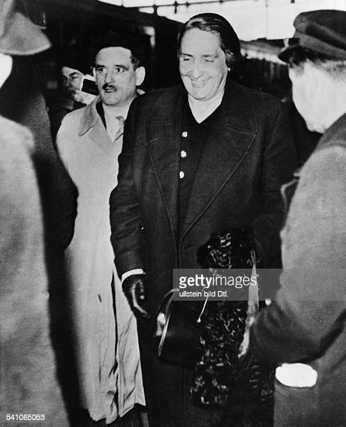 La Pasionaria' *09111895Politikerin Kommunistin Spanien'La Passionara' bei der Ankunft in Paris 1939