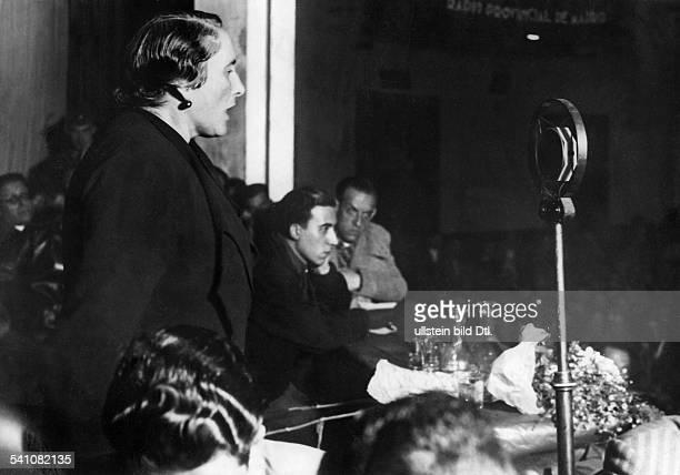 La Pasionaria' *09111895Politikerin SpanienRede der 'La Pasionaria' auf einerVolksfrontversammlung in Madrid 1936