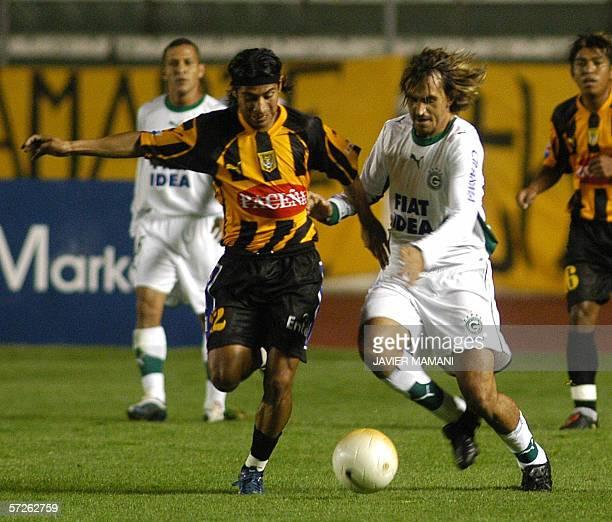 Cesar Faviano de Goias de Brasil enfrenta la marca de Jaime Cardoso de The Strongest de Bolivia en partido por Copa Libertadores jugado en el estadio...