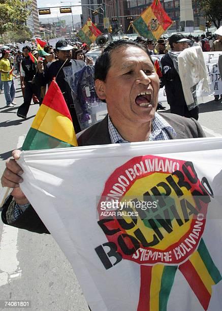 CORRECION DE TEXTO Un trabajadores de la micro industria textil participa de una marcha por el centro de La Paz el 03 de mayo de 2007 durante una...
