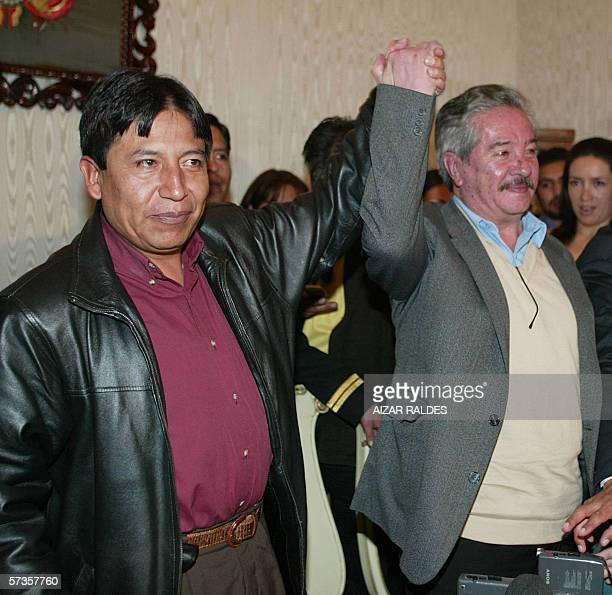 El canciller boliviano David Choquehuanca levanta la mano de Jose Enrique Pinelo designado como nuevo consul de Bolivia en Chile durante la...