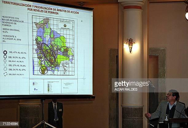 El ministro de Desarrollo Sostenible y Planificacion Carlos Villegas explica el plan de desarrollo economico de Bolivia en una ceremonia en el...