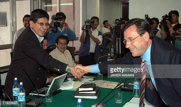 El nuevo ministro boliviano de Hidrocarburos Carlos Villegas saluda al presidente de Repsol YPF el espanol Luis Antonio Garcia Sanchez el 18 de...
