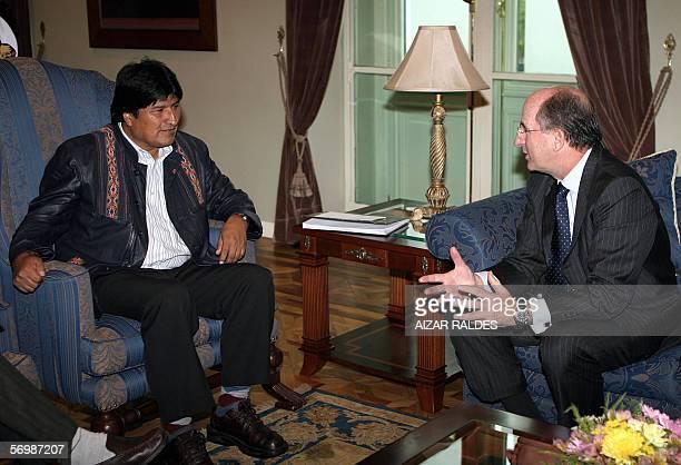El presidente de Bolivia, Evo Morales conversa con el presidente de Repsol YPF, Antonio Brufau el 03 de marzo de 2006 en palacio de gobierno en La...