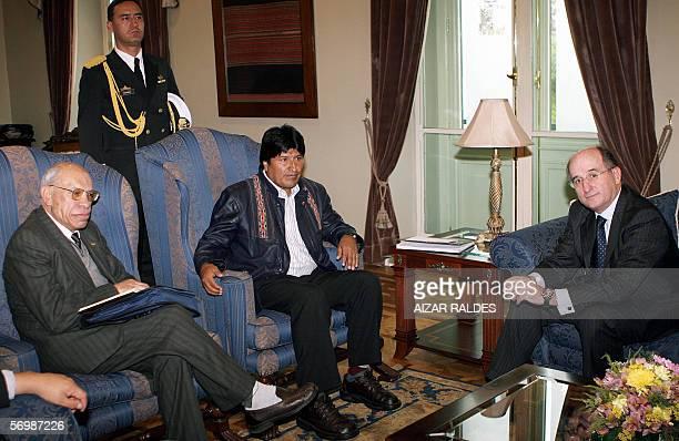 El presidente de Bolivia, Evo Morales , conversa con el presidente de Repsol YPF, Antonio Brufau y con el ministro de Hidrocarburos de Bolivia,...