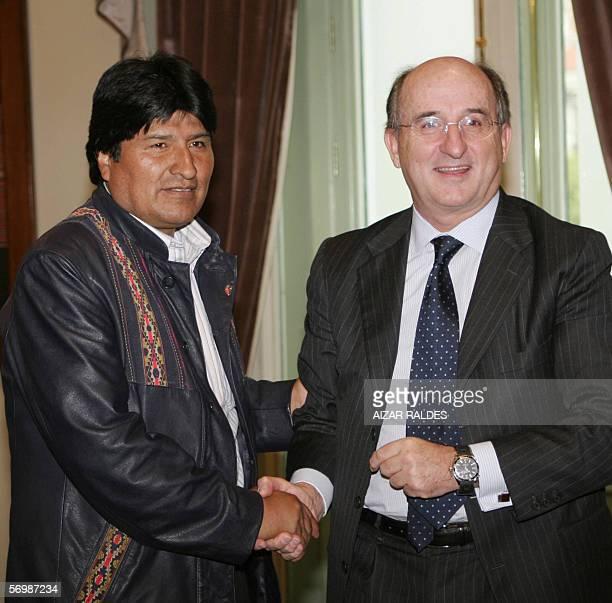 El presidente de Bolivia, Evo Morales saluda al presidente de Repsol YPF, Antonio Brufau el 03 de marzo de 2006 en palacio de gobierno en La Paz....