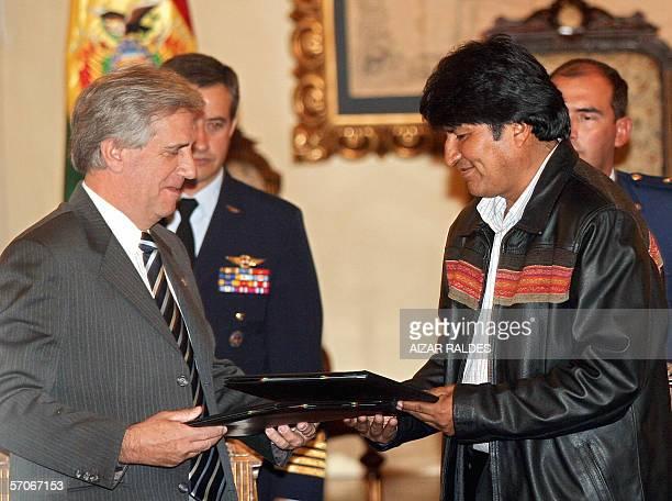 El presidente de Bolivia Evo Morales y el presidente de Uruguay Tabare Vaazquez intercambian documentos despues de haber firmado una declaracion...