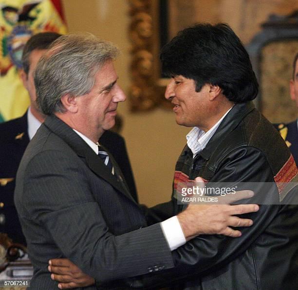 El presidente de Bolivia, Evo Morales y su homologo de Uruguay Tabare Vazquez se abrazan tras firmar una declaracion conjunta el 13 de marzo de 2006...