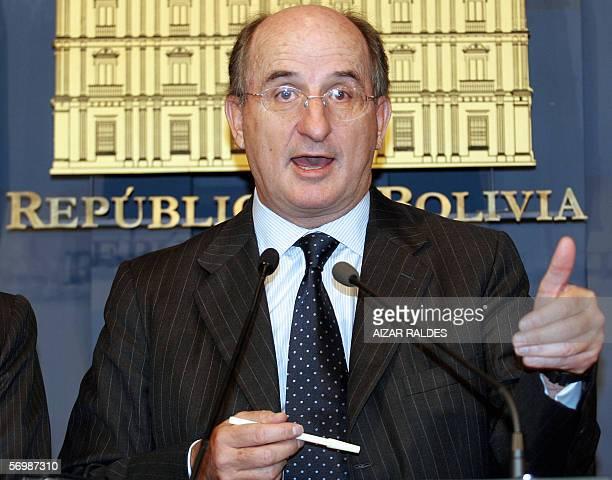 El presidente de Repsol YPF, Antonio Brufau, responde preguntas durante una conferencia de prensa el 03 de marzo de 2006 en palacio de gobierno en La...