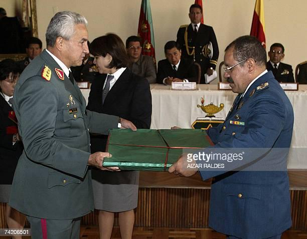 Freddy Bersatty , comandante del ejercito de Bolivia entrega un presente al general de division Jose Angel Arevalo, director del Instituto de Altos...