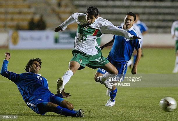 Juan Carlos Arce de la seleccion boliviana de futbol se lleva el balon ante la marca de Luis Anaya observado por Willan Torrez de El Salvador en...