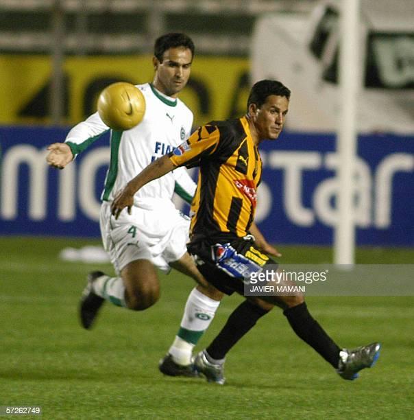 Leonardo Devanir del Goias de Brasil enfrenta la marca de Lider Paz de The Strongest de Bolivia el 05 de abril de 2006 en el partido jugado en el...
