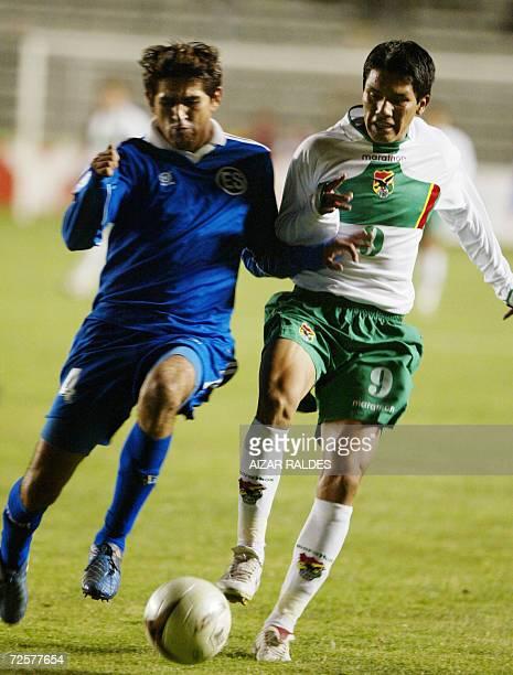 Nelson Sosa de Bolivia disputa el balon con Luis Anaya de El Salvador el 15 de noviembre de 2006 durante un partido amistoso en el estadio Hernando...