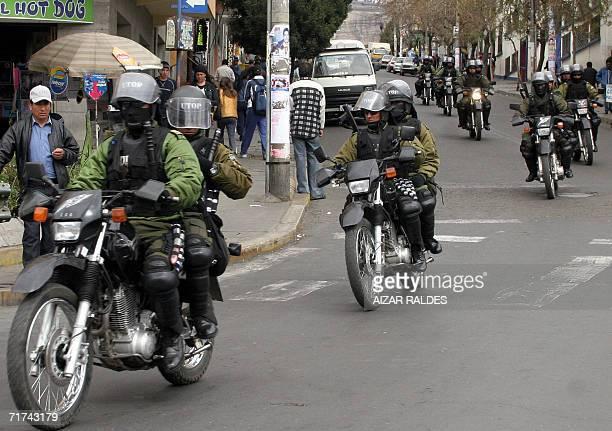 Policias antimotines patrullan las calles de La Paz el 29 de agosto de 2006 durante un paro de 48 horas del transporte publico convocado por la...