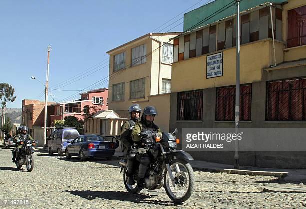 Policias patrullan en motocicletas frente a la casa del Migrante el 21 de julio de 2006 en La Paz donde supuestamente se encuentran los paraguayos...