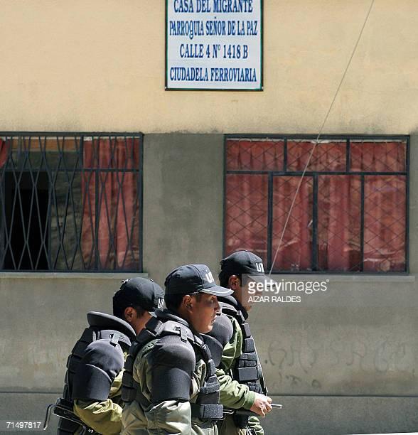 Policias patrullan frente a la casa del Migrante el 21 de julio de 2006 en La Paz donde supuestamente se encuentran los paraguayos Blas Concepcion...